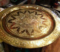 """Fatbord Sinia  kr.1.500,00      Tradisjonelt """"fatbord"""" med fat i messing og sammenleggbart understell i sortmalt treverk med utskjæringer.    Høyde: ca 50cm  Diamter: ca 50cm"""