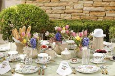 Mesa de café da manhã com cores alegres e suaves. Rosa, azul, verde e amarelo nos arranjos florais e detalhes da louça by Theodora Home!