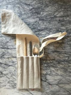 Sewing Projects Ambatalia linen utensil wrap for carrying a spoon, fork, knife, and chopsticks on the go Diy Cadeau, No Waste, Sewing Projects, Diy Projects, Gabel, To Go, How To Make, Sustainable Living, Natural Linen