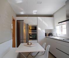 SANTOS kitchen | Diseño de cocina LINE-E en blanco en Mas Ram, cerca de Barcelona. Proyecto de RM Estudi d'Interiors Ikea Kitchen, Kitchen Dining, Voxtorp Ikea, Cocina Office, Small House Design, Apartment Design, Interior Design Kitchen, Home Kitchens, Furniture Design