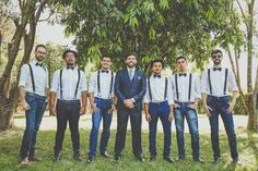 Padrinhos e madrinhas vestidos iguais em casamento rústico ao ar livre