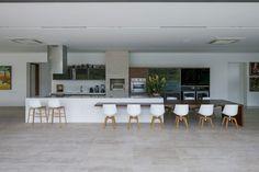 מטבח מול חזית גינה ענקית- תכנון מטבח יוקרה ייחודי עם אי ושולחן אוכל www.rezo-designer... 972-508364900