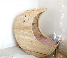 Funky designed pallet bed.