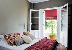 A porta-janela do quarto dá acesso à varanda, onde a moradora cultiva plantas. Quando fechadas, as portas do lado externo bloqueiam a luminosidade. As internas possuem aberturas com vidro