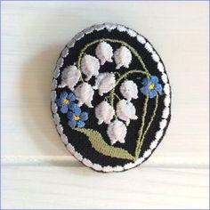 楕円型刺繡ブローチ すずらん 黒リネンの画像