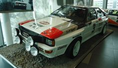 A sede da Audi é a grande (e única) atração da pequena cidade de Ingolstadt. Assim como o BMW Welt, o Audi Forum reúne fábrica, um interessante museu (onde mais você pode ver o incrível Audi Quattro do Grupo B de rali tão de perto?) e uma lojinha que faz qualquer fã de carro cair em tentação. Quer mais uma notícia boa? Ingolstadt está a apenas 80 quilômetros de Munique. Mas não perca tempo procurando outras atrações por lá, até pq elas não existem. Depois de dias tão alucinantes, encarar…