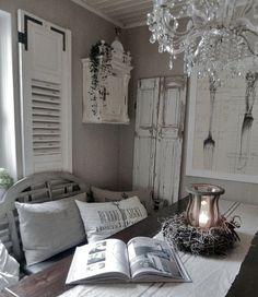 Een brocante woonkamer is kort gezegd een kamer vol met oudere spullen die net niet onder de noemer antiek vallen...