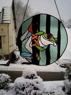 In opdracht gemaakt, door Atelier Jody maakt. Stained Glass Suncatchers, Fused Glass, Glass Frog, Lizards, Yard Art, Frogs, Round Glass, Tiffany, Art Ideas