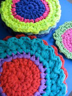 agarraderas y apoyapavas  www.lacaloatamosconalambre.com Merino Wool Blanket, Lana, Crochet Necklace, Fashion, Tejidos, Pot Holders, Bias Tape, Products, Fabrics
