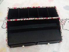 Caixa de maquiagem com caixa de papelão.