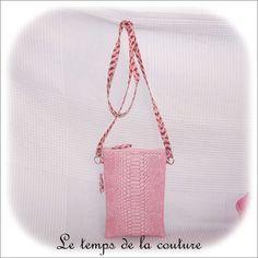 Pochette plate sac bandoulière - tons de rose, bordeaux - imitation croco - avec anse - fait main.