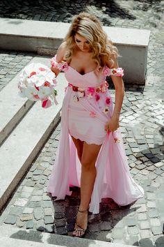 Salutare! Eu sunt Mihai Roman, Povestitorul de nunti, iar daca te inspira aceasta imagine, te invit sa o salvezi intr-unul dintre panourile tale #weddingdress #rochiemireasa #mireasa #nunta #fotografiedenunta #ideinunta #ideirochiemireasa #pinkweddingdress High Low, Cool Photos, Shoulder Dress, Cute, Roman, Wedding, Dresses, Fashion, Dress Ideas