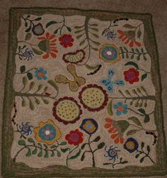Like the design, motif direction is to the center. Wool Applique, Applique Quilts, Rug Inspiration, Hand Hooked Rugs, Wool Art, Braided Rugs, Wool Rugs, Penny Rugs, Magic Carpet