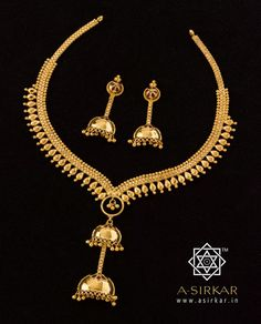 Dodoma Necklace:  Notwithstanding its wild title, the necklace is a picture of cultivated grace. Formally ordered, the chain with katai-drop sides converge in a gentle 'v' and then surprise with a plunging centrepiece where the simple mina flower jhumkas are linked. The blank circle with a little cluster of ball-jhurs in the middle adds to the airiness and keeps the ornament light and balanced.   With matched half-jhumkas, quite a blast of class in pure 22K yellow gold. Simple Necklace, Simple Jewelry, Cute Jewelry, Wedding Jewelry, Gold Jewelry, Gold Necklace, Ankle Jewelry, Gold Jewellery Design, Gold Set