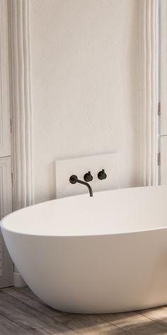Piet Boon zwarte badkamerkranen bycocoon.com | Piet Boon® by COCOON design bathroomtaps | inox stainless steel in Gunmetal Black finishing | minimalist bathroom | black bathware | in combination with our freestanding bath-tub | hotel & villa design | Dutch Designer Brand COCOON