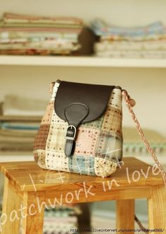 Patchwork, stitching and a bit of leather Diy Bags Purses, Diy Purse, Patchwork Bags, Quilted Bag, Diy Bags Patterns, Japanese Bag, Sewing Leather, Fabric Bags, Cute Bags