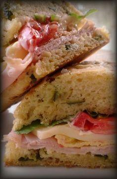 Pane con zucchine fritte, farcito con cotto, provola affumicata, frittata, maionese, songino, pomodori piccadilly.