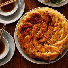 真似する人続出♡話題の「#樋口さんちの餃子」が美味しそう! - Locari(ロカリ) Love Food, A Food, Food And Drink, Easy Cooking, Cooking Recipes, Wine Appetizers, My Favorite Food, Favorite Recipes, Simply Recipes