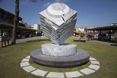 """Marmorarbeiten des Künstlers Park Eun Sun: """"VolareArte"""" (Kunstfliegerei) der Fondazione Henraux am Flughafen Pisa"""