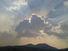 El sol detrás de las nubes. Fotografía tomada con un Samsung Galaxy Fit (5MP). Cortesía de Leo Equihua.
