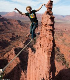 Moab desert, Utah, the world's largest adventure playground: Rocky outcrops in the desert that are just perfect for slacklining, skydiving and base-jumping. Moab Desert, Trekking, Escalade, Base Jumping, Skydiving, Parkour, Extreme Sports, Rock Climbing, Worlds Largest