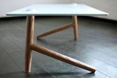Les designers Ben Klinger et Shay Carmon ont crée la table basse à deux pieds. La stabilité de cette table basse est acquise grâce aux points d'équilibre entre le plateau et les deux pieds de la table.