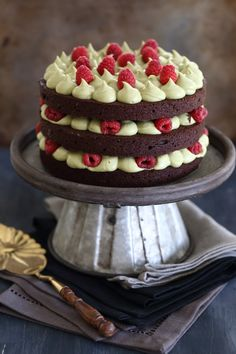 Brownie layer cake with pistachio cream and raspberries Chocolate Raspberry Brownies, Chocolate Cake Recipe Easy, Raspberry Cake, Strawberry Cakes, Chocolate Desserts, White Chocolate, Chocolate Cupcakes, Easy Cupcake Recipes, Homemade Frosting
