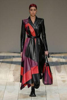 Alexander McQueen Fall 2020 Ready-to-Wear Fashion Show Collection: See the complete Alexander McQueen Fall 2020 Ready-to-Wear collection. Look 14 Fashion 2020, Runway Fashion, Love Fashion, High Fashion, Autumn Fashion, Fashion Outfits, Alexander Mcqueen, Long Leather Coat, Style Haute Couture