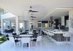 A construção privilegiou o uso de materiais de primeira qualidade, além de mobiliários feitos sob medida para cada ambiente.