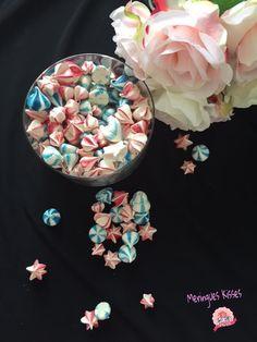 Meringues Kisses Rose Meringue Cookies, Meringue Kisses, Petite Meringue, Sprinkles, Roses, Candy, Spritz Cookies, Sprouts, Pink
