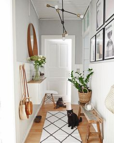 25 Best Hallway Walls Make Your Hallways Renovation - Best Home Ideas and Inspiration Small Entrance Halls, Entrance Hall Decor, Entryway Decor, Hallway Decorating, Decorating Small Spaces, Flur Design, Hallway Walls, Small Hallways, Small Space Living