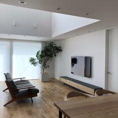 「シンプルの中に上質さを」夫婦で拘り抜いたおうちづくり。_______n.t.kさんのご自宅を探索!(前編) | ムクリ[mukuri] Home Design, Interior Design, Home And Living, Living Room, Tv Panel, Front Door Design, Minimalist Home Interior, Lounge, Home Renovation