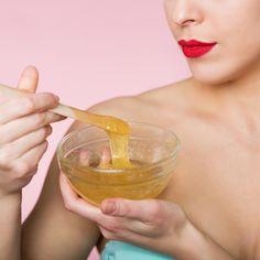 L'épilation, c'est bien, quand elle peu douloureuse c'est mieux. C'est pourquoi on vous donne la recette d'une cire pour s'épiler... Cosmetology, Beauty Hacks, Beauty Tips, Hair Makeup, Skin Care, Health, Bb, Homemade Recipe, Homemade