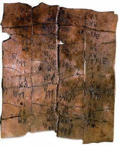 Les premières inscriptions chinoises remontent à environ 1400 avant notre ère. - Plastron de tortue incomplet. Musée Guimet, Paris.
