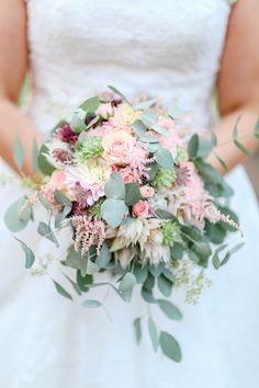 Brautstrauss grün mit Hochzeitsblumen Eukalyptus, Astilbe, rosa Rosen - Bunte DIY Hochzeit mit freier Trauung | Hochzeitsblog The Little Wedding Corner
