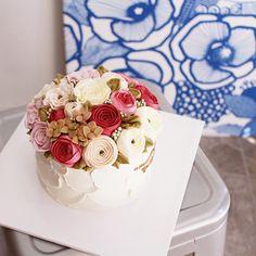 """""""환갑 축하 플라워케이크"""" 행복한 시간 되세요 #flowercake#buttercream#ranunculus#rose#buttercreamcake#wilton#am1122cake#piping#handmade#specialcake#birthdaycake#butter#flower#cake#wedding#버터크림#플라워케이크#꽃케이크#수제케이크#플라워케익#파이핑#생신케이크#주문케이크#천호동#파이핑#버터케이크#플라워케이크클래스#웨딩#환갑케이크#서울플라워케이크  www.am1122cake.com pandasm1122@naver.com✔️"""