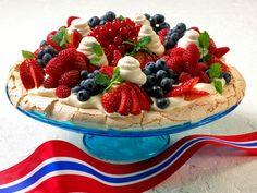 Pavlova for 17 mai! Pavlova Cake, Anna Pavlova, Cake Recipes, Dessert Recipes, Norwegian Food, Scandinavian Food, Swedish Recipes, Norwegian Recipes, Köstliche Desserts
