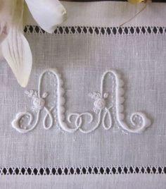 Le due A intrecciate verranno adagiate su di un cuscinetto fedi nuziale. Le iniziali sono tratte da un bel alfabeto Sajou (n°664), modif...