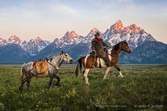 Wrangler leading his pack horse across the sagebrush flats with the majestic Grand Teton mountain range as a backdrop. Western Riding, Western Art, Western Cowboy, Cowgirl And Horse, Cowboy Art, Cowboy Pictures, Cowboy Pics, Teton Mountains, Rocky Mountains