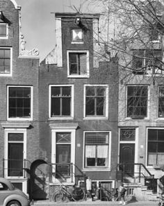 1965. Bloemgracht 32 in Amsterdam. The Bloemgracht was, as part of the Jordaan, constructed in the first half of the 17th century during the third expansion of the city. The famous map maker Willem Blaeu founded here his workshop for cartography.  The Great Atlas of Blaeu was produced in his shop on the Bloemgracht. Rembrandt had in the 60 's of the 17th century a studio at the Bloemgracht. Photo Rijksdienst voor het Cultureel Erfgoed / A. J. van der Wal. #amsterdam #1965 #bloemgracht