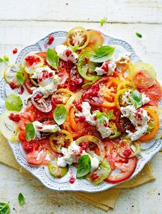 Low calorie recipes 437975132489538868 - Jamie Oliver's 'Tomato carpaccio with raspberries & burrata. The raspberries add a lovely tang to the salad that's incredible with the mozzarella and aromatic basil. Fresh Tomato Recipes, Tomato Salad Recipes, Vegetable Recipes, Vegetarian Recipes, Cooking Recipes, Healthy Recipes, Healthy Food, Uk Recipes, Party Recipes