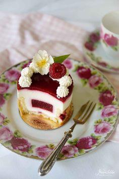 Yogurt tartlet with raspberries & elderflower – Maren Lubbe … – Pastry World Fancy Desserts, Gourmet Desserts, Delicious Desserts, Patisserie Design, Cake Recipes, Dessert Recipes, Crazy Cakes, Just Cakes, Mini Cakes
