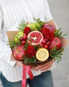 На данном изображении может находиться: 1 человек, цветок и напиток Food Bouquet, Gift Bouquet, Candy Bouquet, Fruit Flower Basket, Fruit Flowers, Birthday Sweets, Cute Birthday Gift, Edible Arrangements, Flower Arrangements