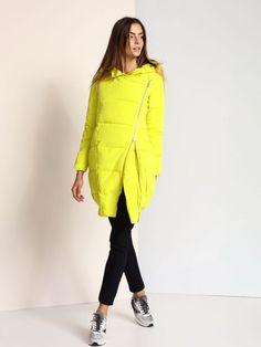 """Damska kurtka Troll z kolekcji jesień-zima 2016.<br><br>Modna kurtka typu tuba w energetycznym limonkowym kolorze. Zapinana asymetrycznie, w dolnej części ściągacz. Długa, ciepła kurtka z kapturem idealna na co dzień. Dwukierunkowy suwak ułatwi prowadzenie w niej auta.  <br><br>Modelka ma 179 cm wzrostu i prezentuje rozmiar S.<span style=\""""font-style:italic\"""">"""