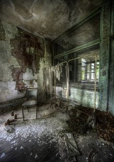 Tuberculosis sanatorium - the real deal creepy Abandoned Asylums, Abandoned Places, Old Buildings, Abandoned Buildings, Decoration Lights For Home, Haunted Places, Scary Places, Haunted Houses, Haunted Mansion