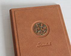 Handgefertigtes Unikat - ein personifiziertes Stammbuch ♥LEBENSBAUM♥ hergestellt aus Nubukleder mit leicht angeschliffene Oberfläche. Bietet genugsam Platz für Dokumenten. -innen mit...
