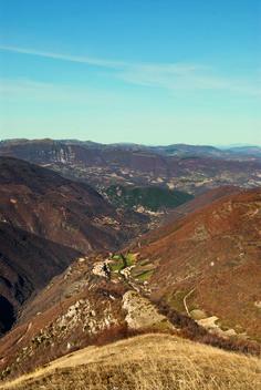 """Rocchetta, frazione del Comune di Cerreto di Spoleto, deriva il nome dal diminutivo di """"rocca"""", toponimo comunissimo del sec. XIV, indicante """"fortezza"""" sull`alto di un monte.  La tipologia urbanistica di Rocchetta è quella del castello di poggio sito lungo l`antica Via Casciana, a dominio della valle del Tissino, perfettamente allineata con i centri di Usigni, Poggiodomo e Roccatamburo."""