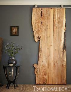rustic wooden #slidingdoor using a slice of a tree. porta scorrevole con binario a vista, in legno rustico ottenuta da una singola fetta di tronco d'albero #inDoors