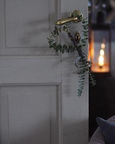Instagram: @erikaappelstrom  #christmas #X-mas #xmas #christmasmood #decoration #eucalyptus #wreath #candle #candlelight