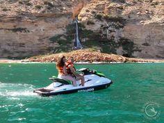 Disfruta de nuestro servicio alquiler de motos de agua sin carnet. Alquiler de motos náuticas / Alquiler de Jet Ski para excursiones guiadas por rutas con un atractivo espectacular, por calas e islas de la costa de Alicante, Villajoyosa y Benidorm.